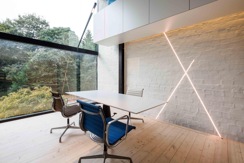 moderne strakke industriele staalskelet woning beton brasschaat viabizzuno led icoon architecten