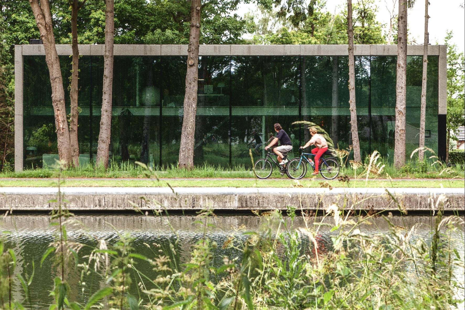 strakke betonnen minimalistische woning groot raam schoten vaart icoon architecten